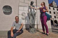 Kabarettist Sven Kemmler mit US Touristin am Busen der Julia - Marienplatz München